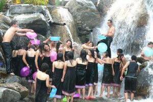 最奇葩节日,藏族洗澡节(露天水池裸体洗澡/八百年历史)