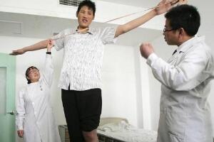 中国第一巨人赵亮,自然生长身高2.46米(没患巨人症)