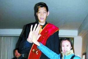 世界第一高人王峰军,真实身高2.33米(谎报2.55米)