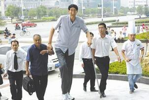 世界第一高人鲍喜顺,自然生长高达2.36米(已结婚生子)